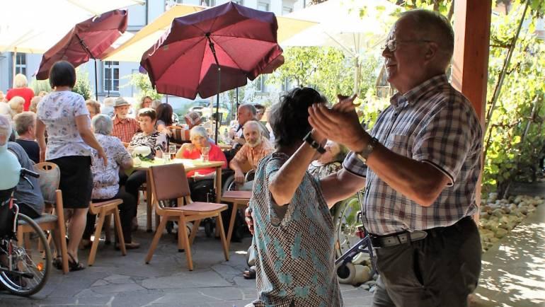 """""""Grillnachmittag mit Musik"""" – Seniorenhock startet in den Herbst"""