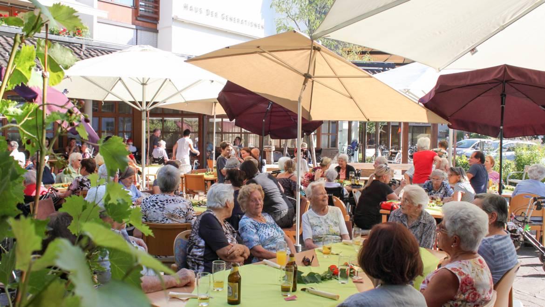 "Ankündigung: Seniorenhock ""Grillnachmittag mit Musik"""