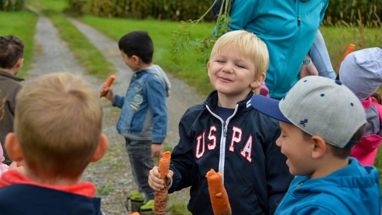 Kindergartenkinder im Ernteglück