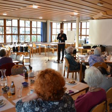 Seniorenhock: Wolfgang Berchtold präsentiert das Vorarlberger Schimpfwörterbuch